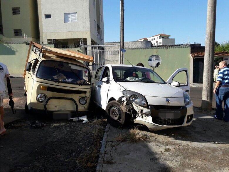 Kombi e Sandero transitavam em sentido oposto pela mesma rua: danos consideráveis em ambos veículos - Crédito: Maycon Maximino