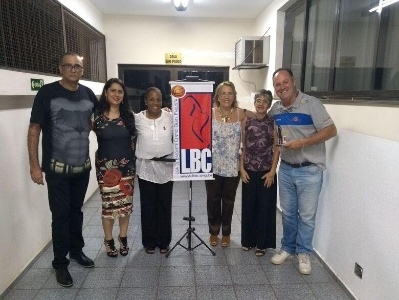 Meneghelli durante a premiação, ladeado de diretores da Liga e ex-integrantes da seleção brasileira de basquete - Crédito: Divulgação