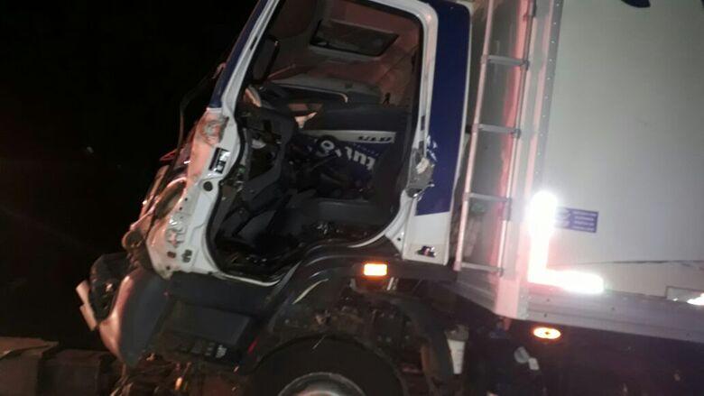 O caminhão carregado com queijos teve a cabine destruída pela força do impacto - Crédito: São Carlos Agora
