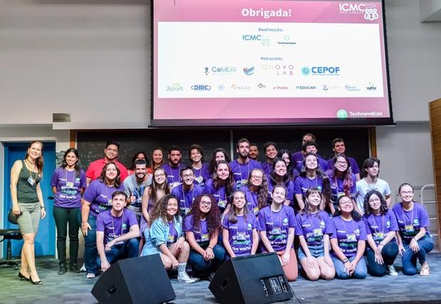 Sabrina (na primeira fileira, ao centro) foi uma das voluntárias no evento Technovation HackDay, momento em que compartilhou sua história com as participantes da iniciativa - Crédito: Marina Maldonado/Estúdio Wfk