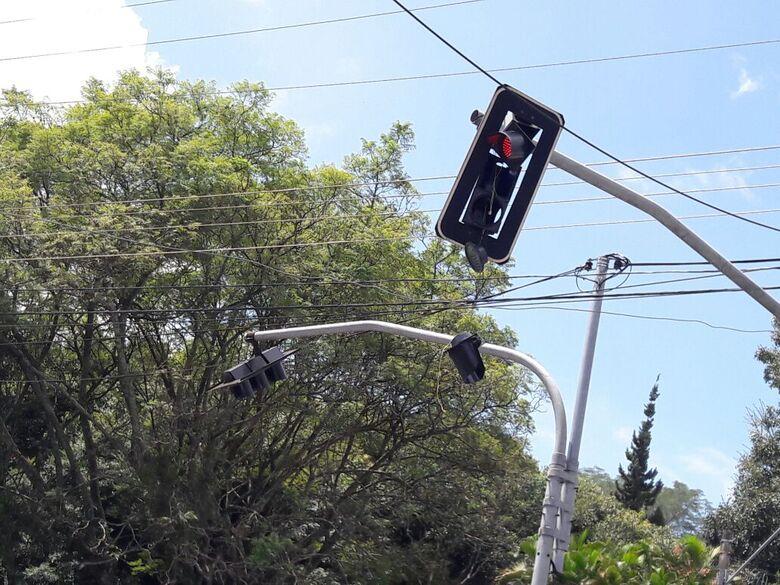 Semáforo ficou destruído após ser atingido pela caçamba - Crédito: Maycon Maximino