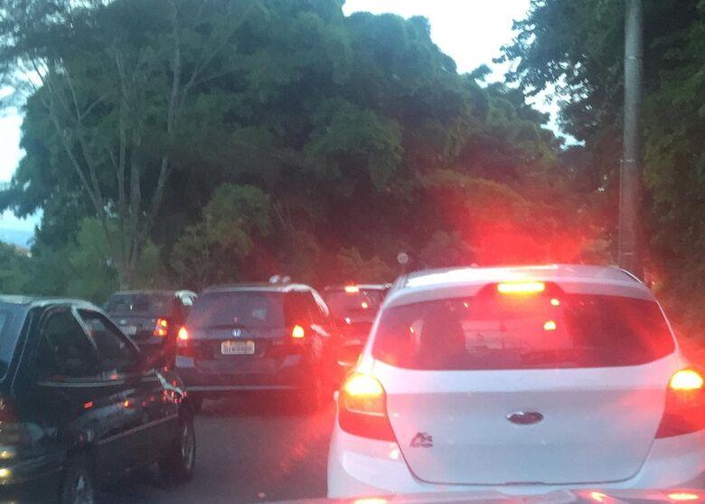 Fila monstro: carros parados à espera do sinal verde - Crédito: Divulgação
