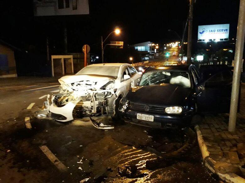 Após colisão, princípio de incêndio em veículo mobiliza o Corpo de Bombeiros - Crédito: Marco Lúcio