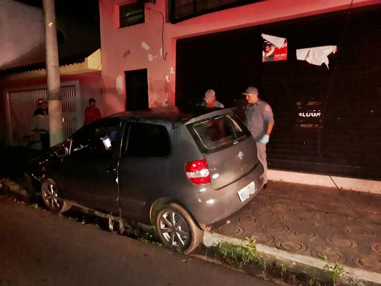 Duas pessoas ficam feridas após carro bater em poste no Centro - Crédito: Marco Lúcio