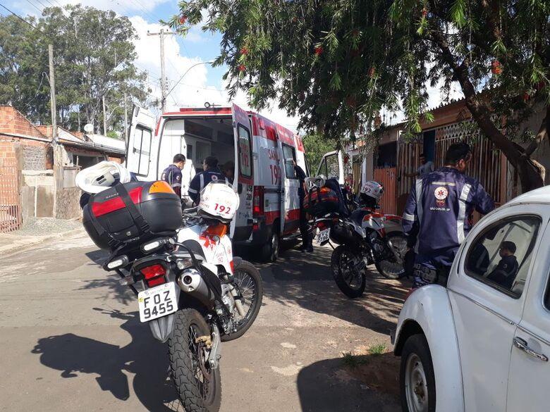 Mulher é socorrida pela USA após ser agredida pelo marido no Cidade Aracy - Crédito: Marco Lúcio
