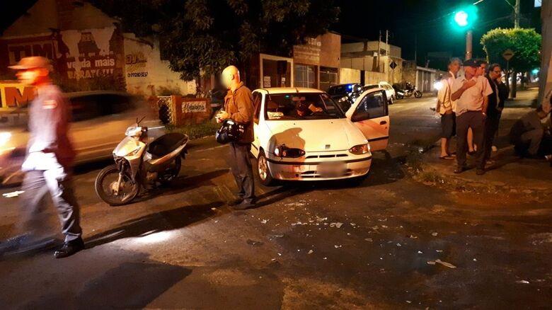 Jovem fica ferida em acidente entre carro e moto - Crédito: Rodrigo Chiari (purga)/Colaborador SCA