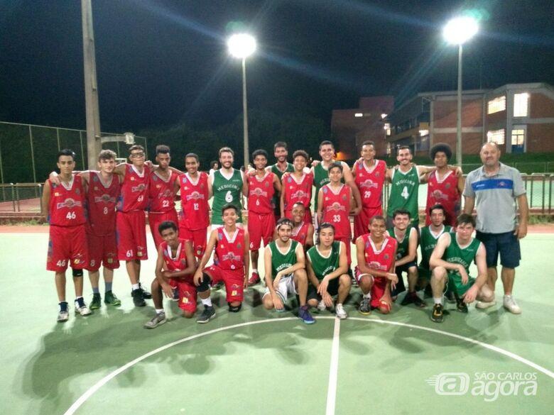 Atletas das duas equipes posam para a foto: amistoso preparatório - Crédito: Marcos Escrivani