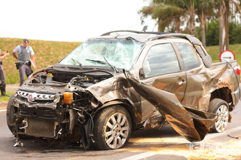 Veículo capota várias vezes na Washington Luís - São Carlos Agora