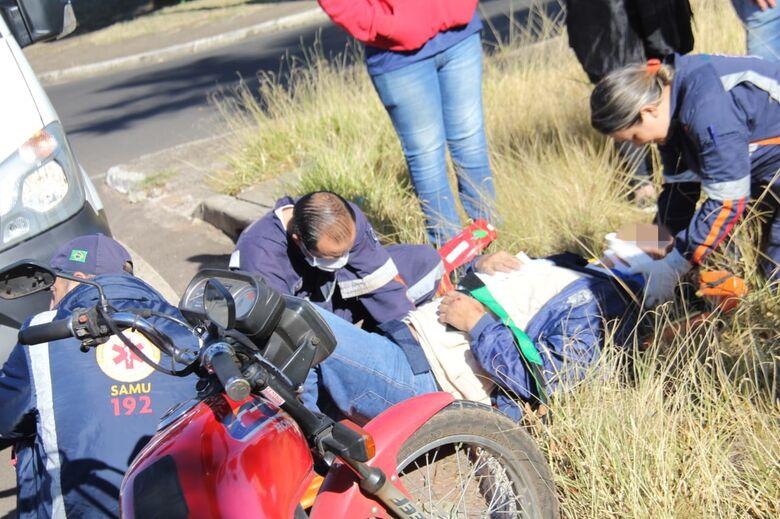 Com possível fratura na costela, motociclista é socorrido pelo Samu - Crédito: Maycon Maximino