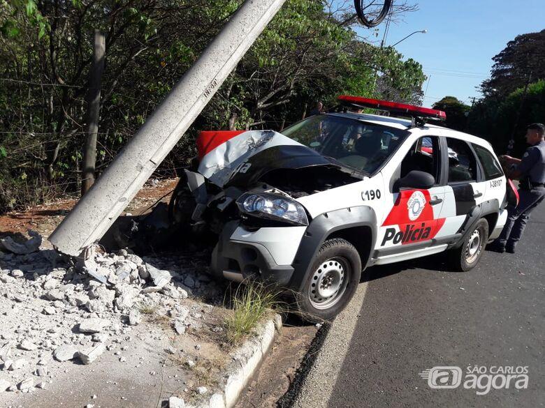 Viatura bate em poste após ser atingida por ônibus na Serra do Aracy - Crédito: Maycon Maximino