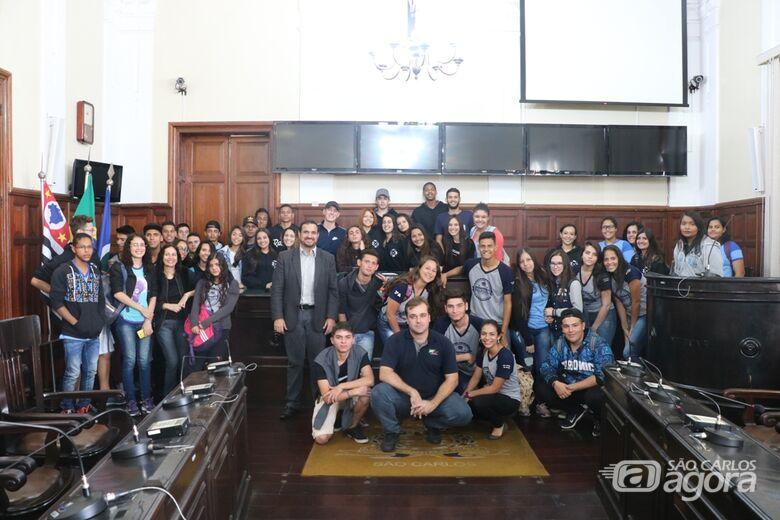 Estudantes com o presidente Julio Cesar e o vereador Gustavo Pozzi na Sala das Sessões: visita estimula participação de jovens - Crédito: Divulgação