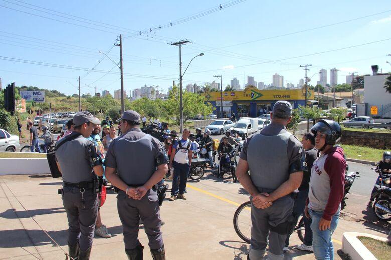 Gasolina que chegou em posto será dividida entre população e Polícia Militar - Crédito: Fotos Maycon Maximino