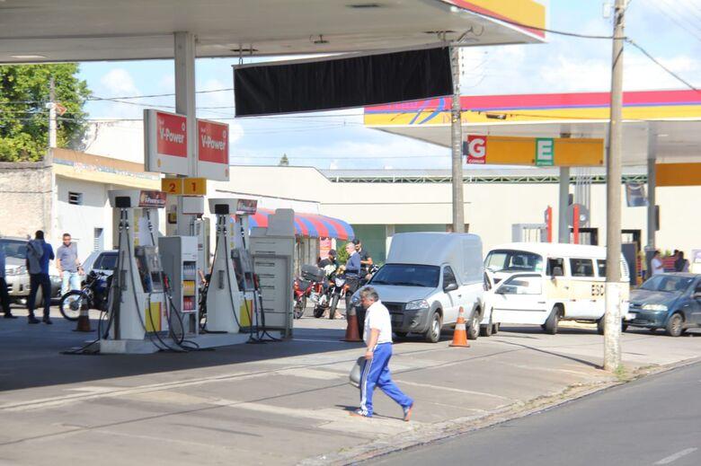 A espera do combustível: fila de veículos se forma próximo às bombas no Pantanal - Crédito: Maycon Maximino