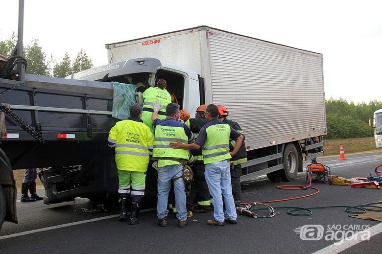 Ajudante morre prensado entre ferragens após acidente na Washington Luis - Crédito: Maycon Maximino