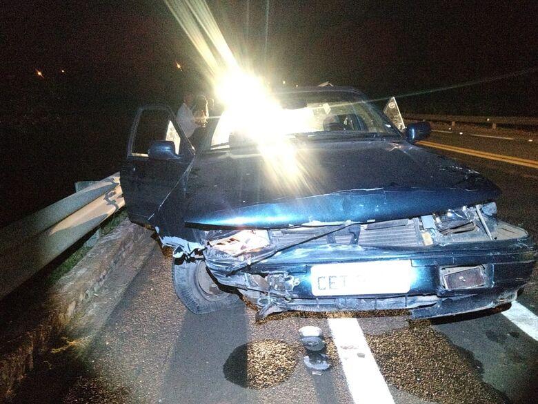 Pneu estoura e carro bate em defensa metálica - Crédito: Foto Luciano Lopes