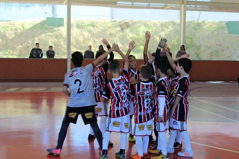 Garotada da Multi Esporte comemora a vitória e a classificação - Crédito: Divulgação