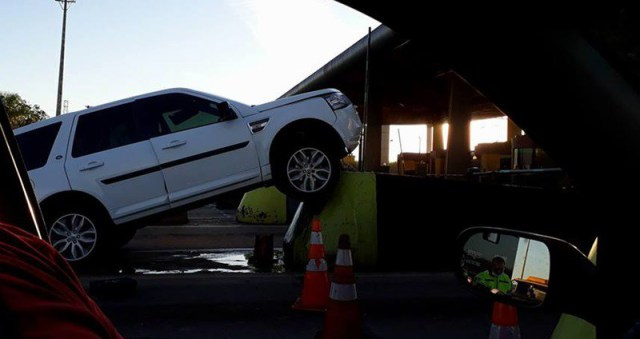 Land Rover bate contra mureta de proteção do pedágio de Leme - Crédito: Grupo Rio Claro