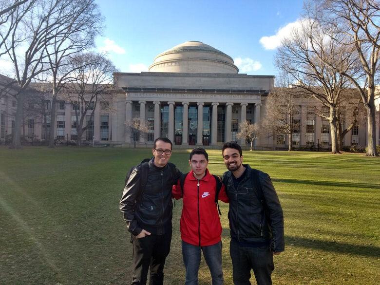 Rodrigues, Fábien e Marcel no MIT, onde foram convidados para apresentar o projeto - Crédito: Divulgação