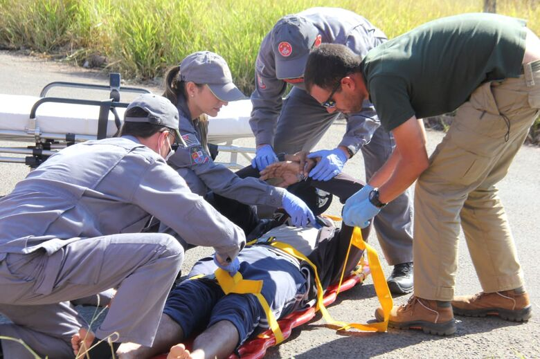 Jovem fica ferido em colisão entre carro e moto - Crédito: Maycon Maximino