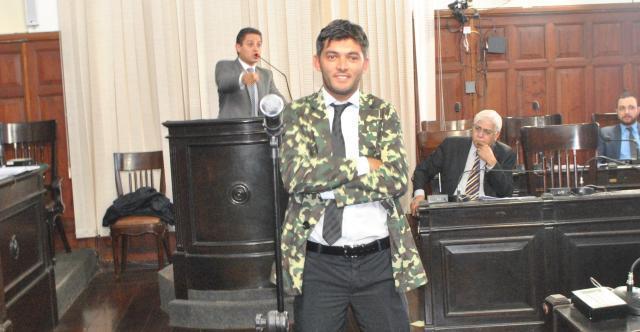 Enquanto Paraná Filho se defendia das acusações, Leandro Guerreiro debochava  do parlamentar no centro do plenário - Crédito: Abner Amiel/Folha São Carlos e Região