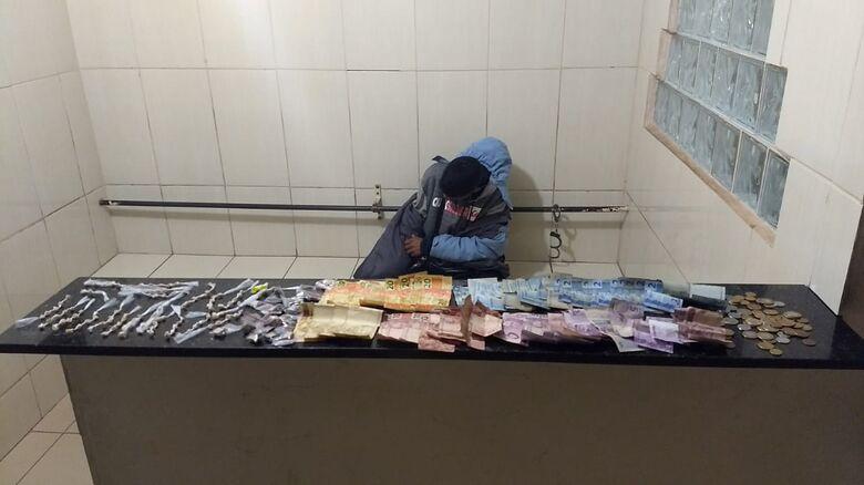 A droga e o dinheiro que estavam com o desocupado - Crédito: Divulgação