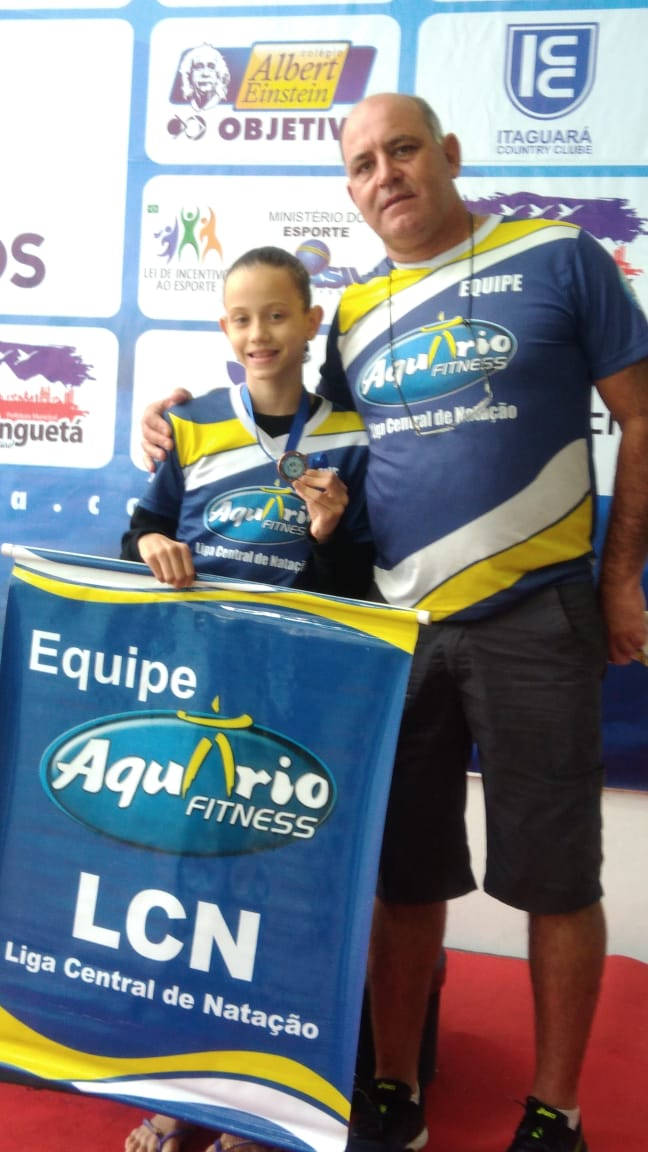Giovana com o técnico Mitcho: nadadora conquistou o bronze no Festival Sudeste - Crédito: Divulgação