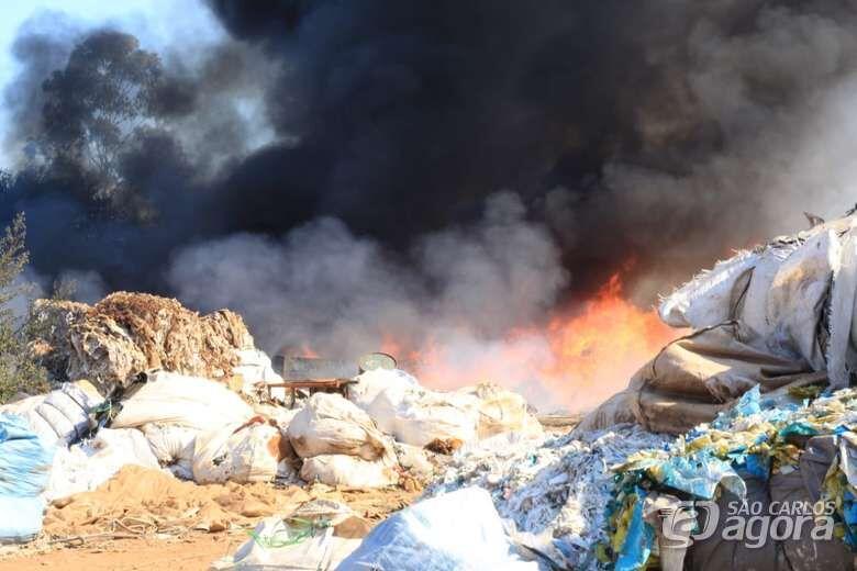 Fogo tomou conta de depósito de material reciclável - Crédito: Marco Lúcio