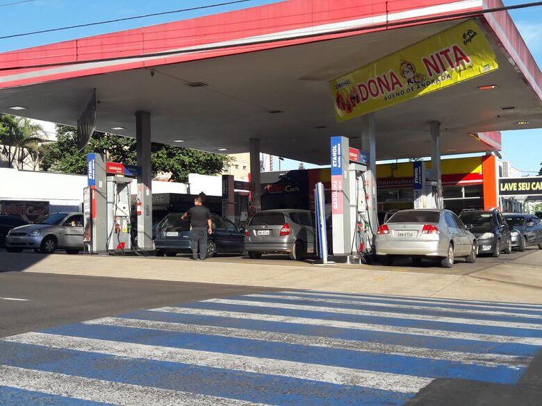 Postos de combustíveis em São Carlos nesta manhã: movimento considerado pouco acima do normal - Crédito: Maycon Maximino