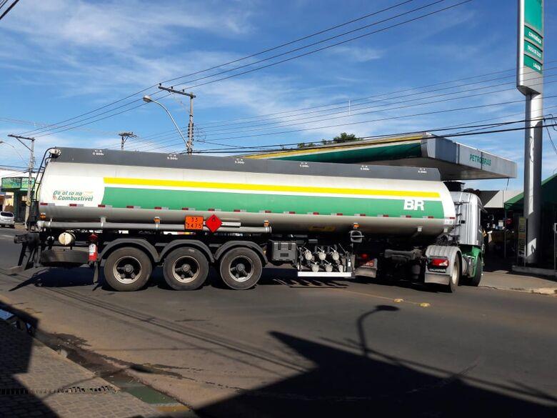 Carreta com etanol, gasolina e diesel chega na Avenida São Carlos - Crédito: Maycon Maximino