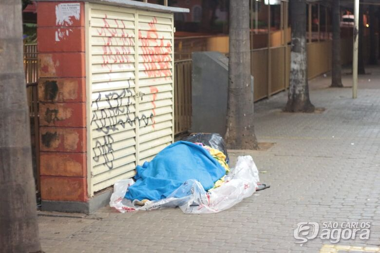 Homem dorme na rua durante a madrugada mais fria do ano - Crédito: Marco Lucio