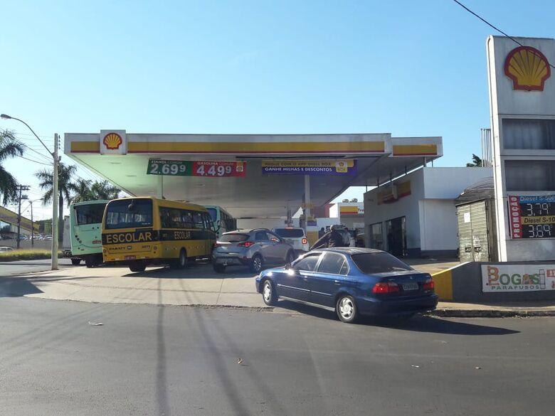 Filas se formam em alguns postos de combustíveis - Crédito: Maycon Maximino