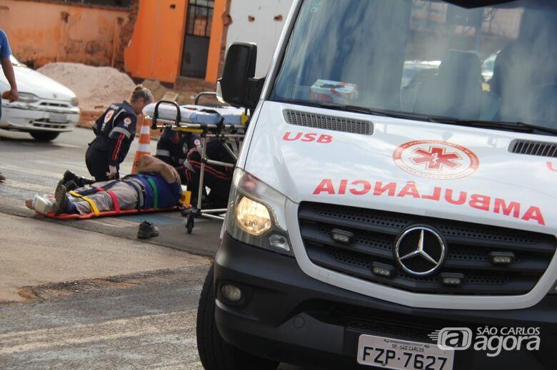 Motociclista fratura tornozelo ao sofrer queda - Crédito: Maycon Maximino