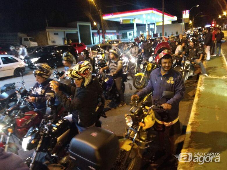 Motoboys param a avenida São Carlos em apoio aos caminhoneiros -