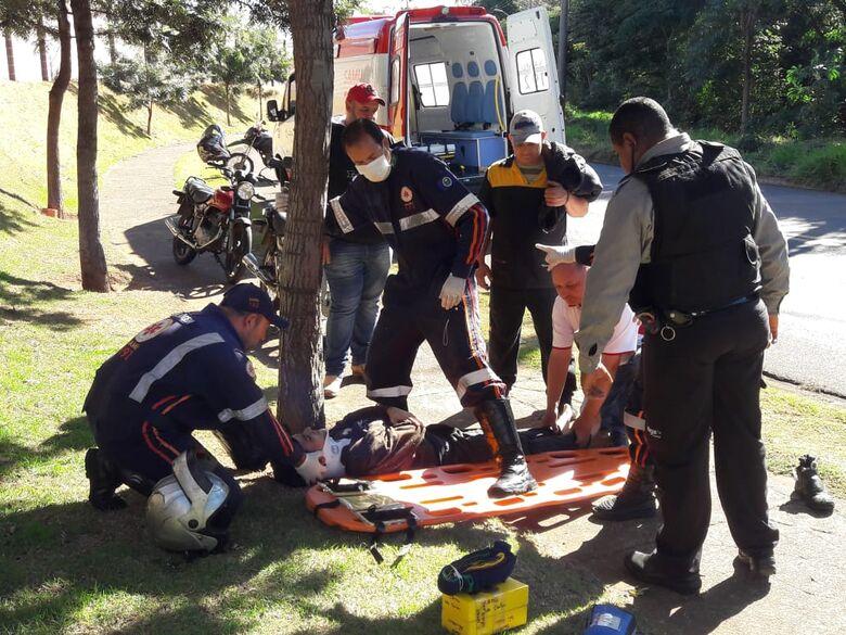 Motociclista sofre queda ao desviar de tijolo - Crédito: Maycon Maximino