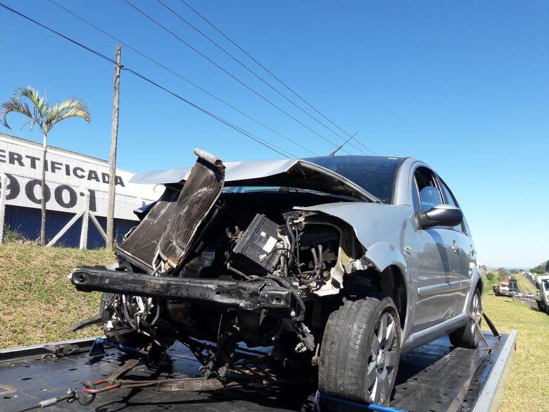 Motorista bate em defensa metálica na Washington Luis - Crédito: Maycon Maximino