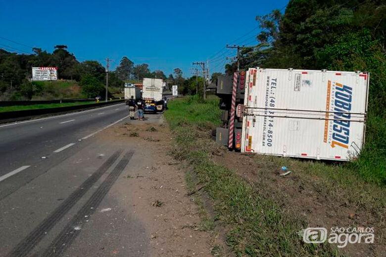 Caminhão é apedrejado e tomba após deixar manifestação -