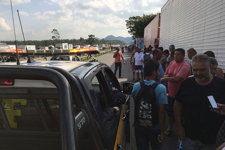 Mesmo com acordo, caminhoneiros mantêm protestos nas rodovias federais - Crédito: Agência Brasil