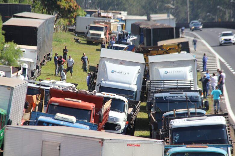 Vários caminhões são parados em bloqueio na Washington Luis em São Carlos - Crédito: Fotos Maycon Maximino