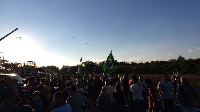 Centenas de pessoas se reúnem neste momento na Washington Luis -