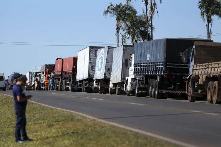 Caminhoneiros fazem protesto contra a alta no preço dos combustíveis na BR-040, próximo a Brasília - Crédito: Marcelo Camargo/Agência Brasil