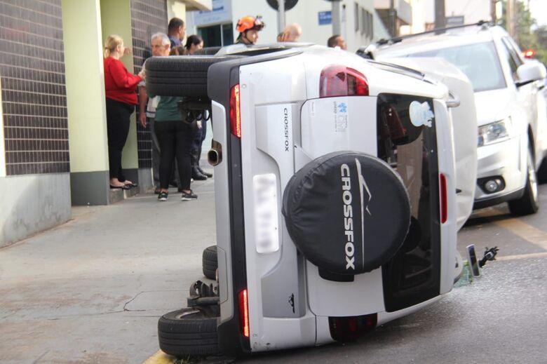 Após colisão, carro tomba em cruzamento no Centro - Crédito: Maycon Maximino