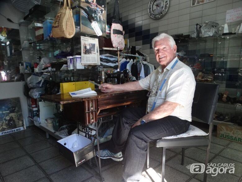 Com a tesoura na mão, Edmir com a companheira máquina de costura: agora comanda um projeto social - Crédito: Marcos Escrivani