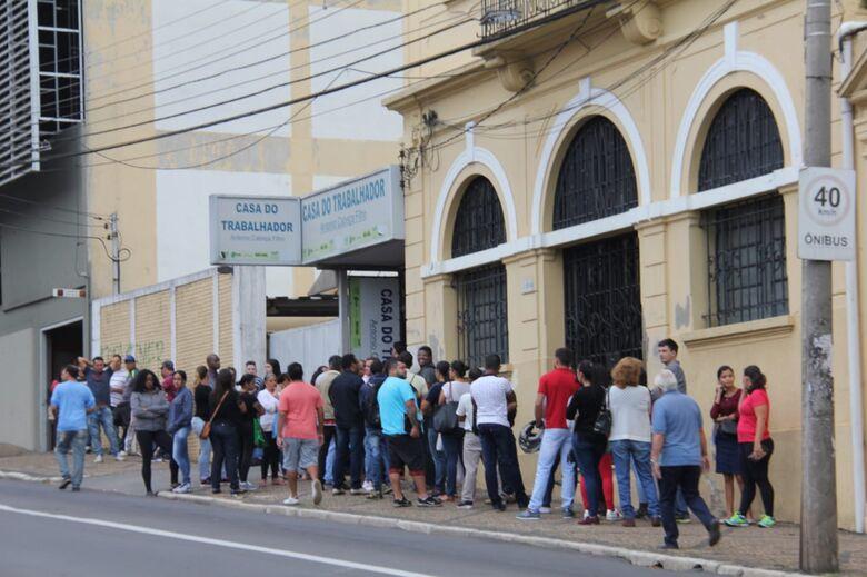 Desempregados formam fila na Casa do Trabalhador - Crédito: Maycon Maximino