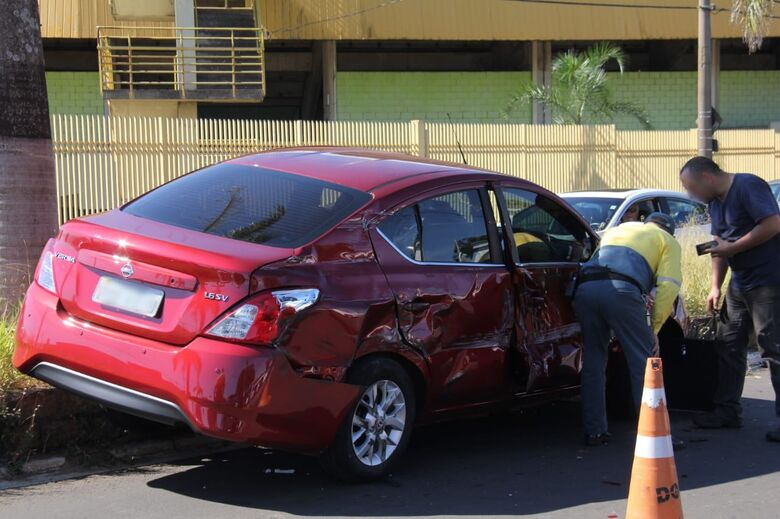 Caminhão prensa carro contra mureta - Crédito: Maycon Maximino