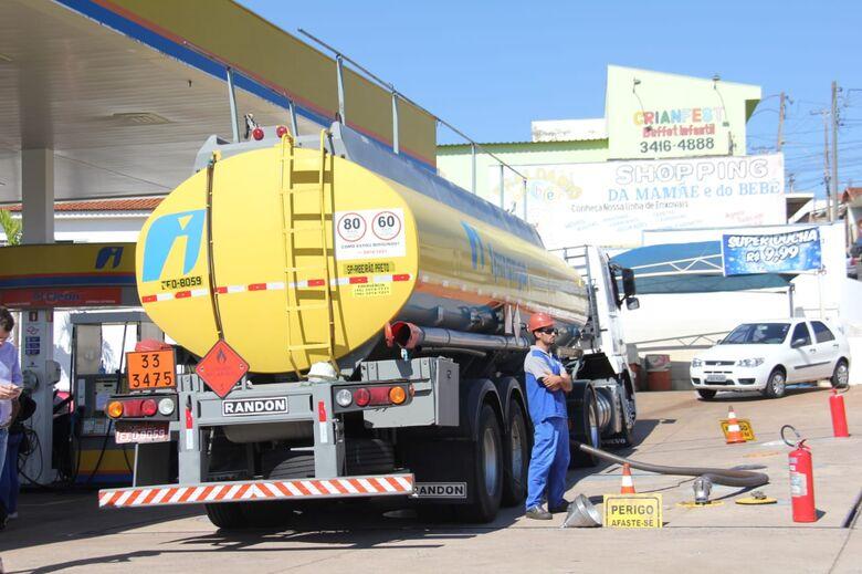 Combustível chega escoltado pela PM em posto de São Carlos - Crédito: Fotos Maycon Maximino
