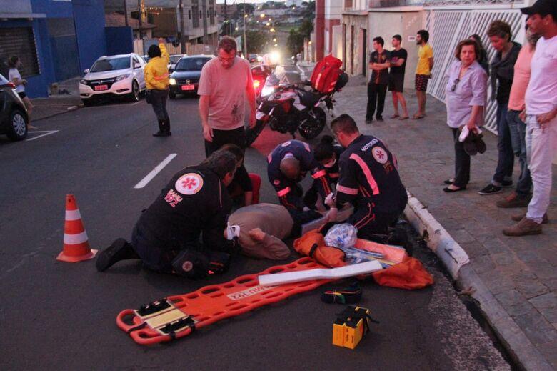 Idoso sofre ferimentos graves após ser atropelado por moto - Crédito: Fotos Maycon Maximino