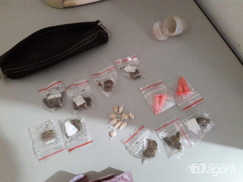 Adolescente é flagrado vendendo drogas para viciado no Cidade Aracy -