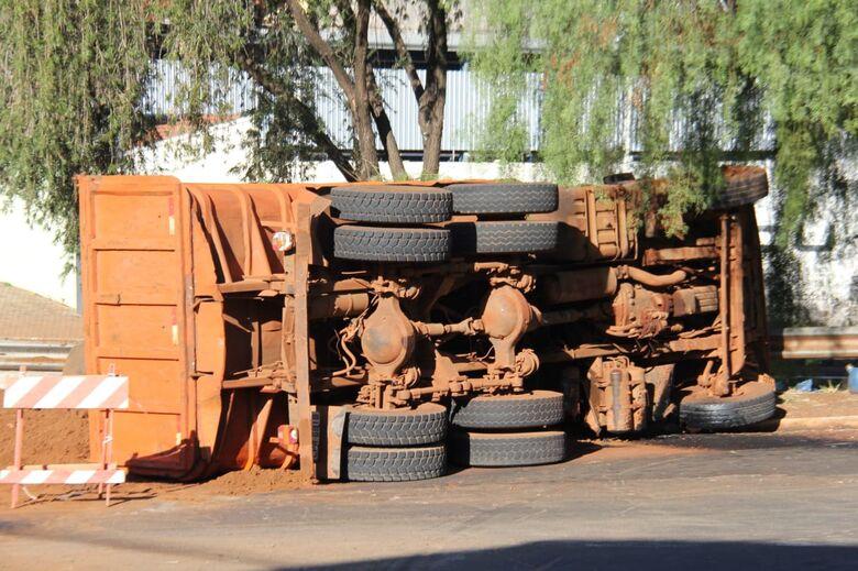 Caminhão carregado de terra tomba no Centro - Crédito: Maycon Maximino