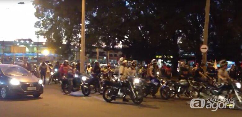 Dezenas de motociclistas se reúnem na Praça Itália em mais um protesto [vídeo] -