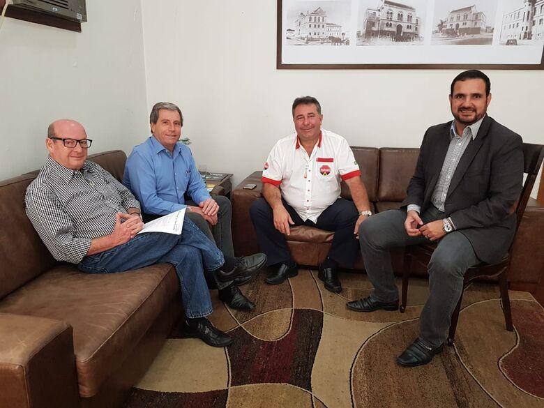 Julio Cesar com o presidente da Acisc, José Fernandes Domingues e equipe - Crédito: Divulgação